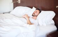 Perché la prima notte in hotel non riusciamo a dormire