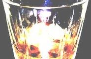 Forma dei bicchieri e consumo di alcol: basta vedere il bicchiere mezzo pieno?