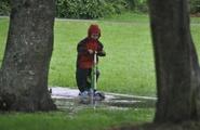 Bambini che amano giocare da soli