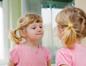 Emozioni primarie e secondarie quali sono e come si sviluppano crescita - Bambini che si guardano allo specchio ...