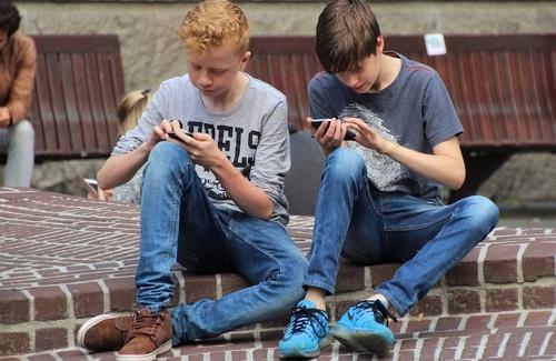 Genitori che controllano a distanza