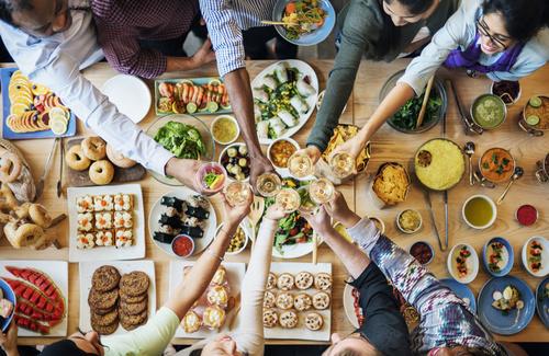 Mangiare in compagnia è il segreto della felicità?